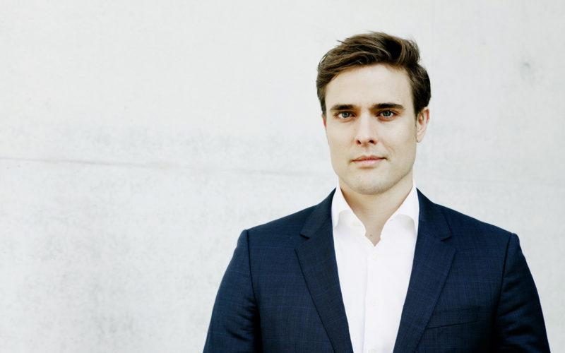 Der Journalist und Grimme Preisträger Constantin Schreiber wechselt von RTL zur ARD. Ab 1.1.2017 wird er bei der Tagesschau in Hamburg arbeiten.